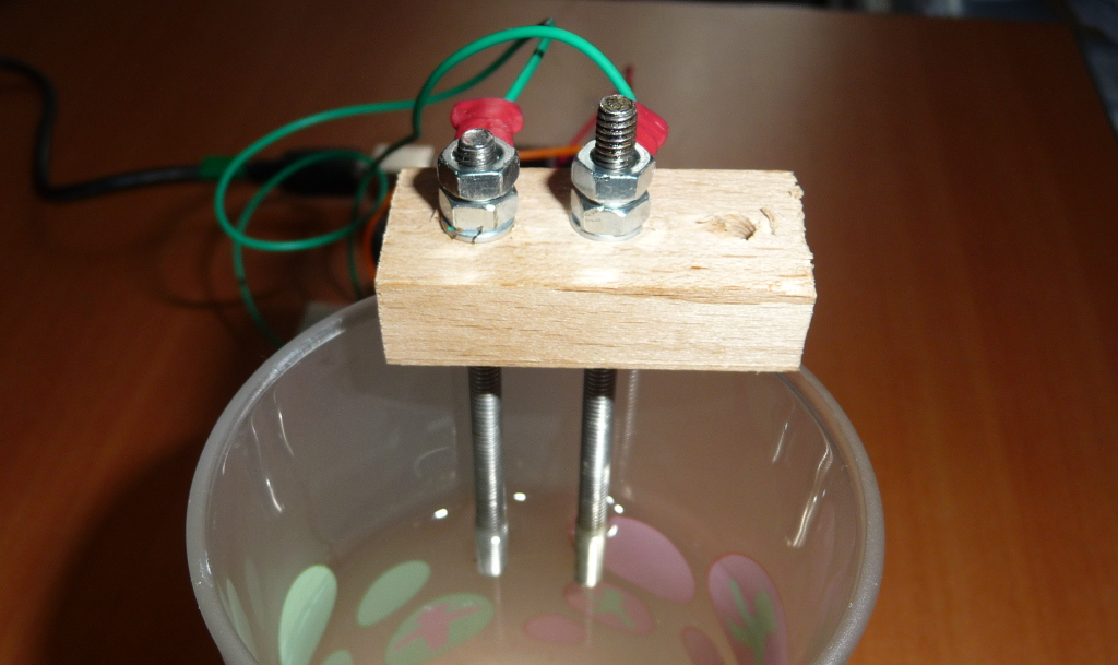 Einfach, muss aber auf die Wasserhärte kalibiert werden: Zwei Elektroden messen den Widerstand des Wassers.