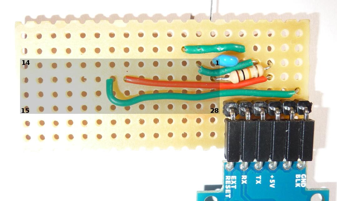 Drei Kabel und ein Widerstand werden unter dem µC nach außen geführt.